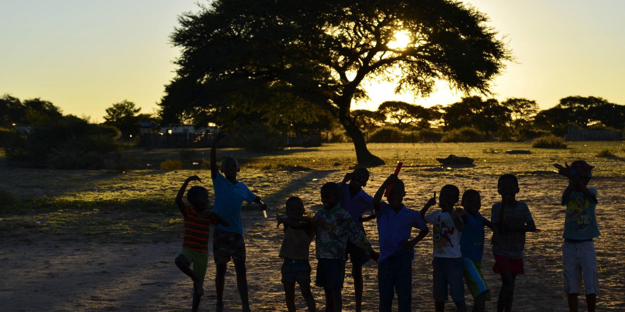 Suni e.V. ist ein multinationaler Verein. Wir unterstützen ausgewählte Bildungsinstitutionen in der Omaheke Region in Namibia. So möchten wir die Lehr- und Lebensbedingungen von benachteiligten Kindern und Jugendlichen verbessern.